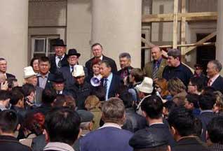 Милиция в Бишкеке поддержала оппозицию - 20061106121632325_1