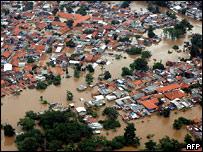 Тысячи пострадавших от наводнения в Джакарте - 2007020422490229_1