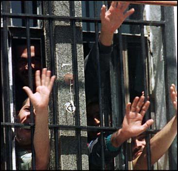 Из переполненной тюрьмы сбежали сотни убийц - 2007041120463856_1