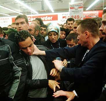 Открытие торгового центра превратилось в побоище: 15 жертв - 20070914152458210_1