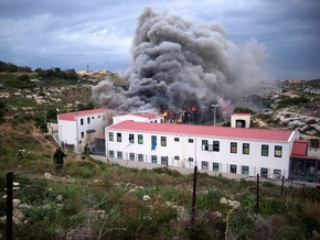 На итальянском острове Лампедуза бунтуют нелегалы: 60 человек пострадали - 20090218221757254_1