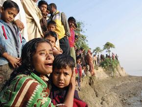 В Бангладеш баржа столкнулась с паромом: 27 человек погибли - 20090219230348297_1