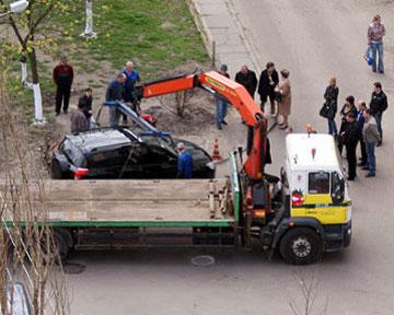 На Оболони автомобиль RAV4 провалился под асфальт - v-Kieve-rav4-provalilsja-pod-asfalt_1