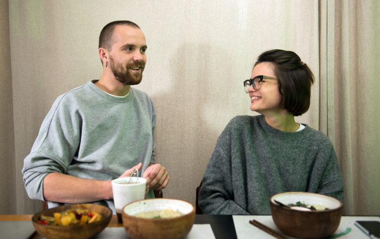 Китайский Привет: вкусно, остро, ярко и весело - Privet-Misha-i-Dasha-768x483
