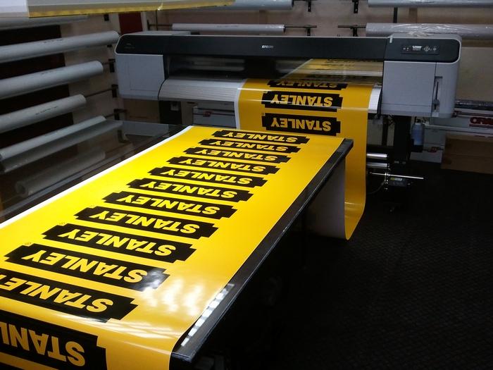 Разнообразная печать на самоклеящейся пленке – новый тренд рекламы - 6